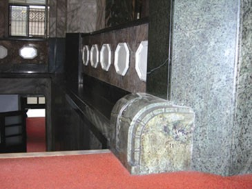 10.On the two side ways of the stair, there are huge octagon HuaLien marbles made columns._2